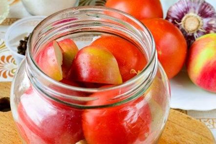 подреждаме домати и ябълки