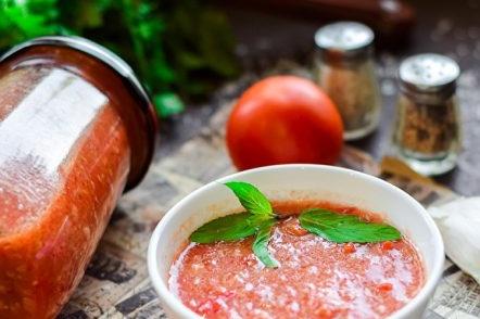 Adjika à la tomate et à l'ail