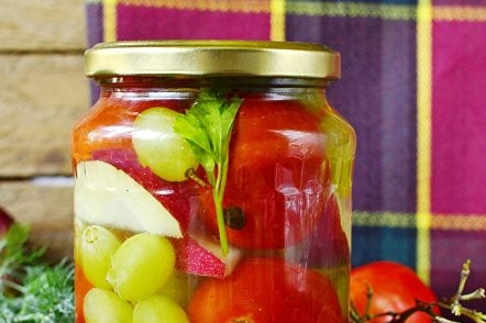 tomatoes with grapes for the winter