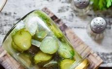 salade de concombre aux oignons et à l'huile végétale