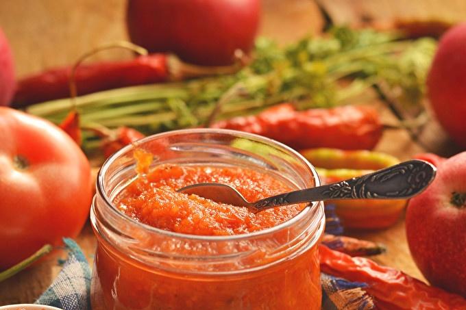 Аджика с ябълки, моркови, чушки