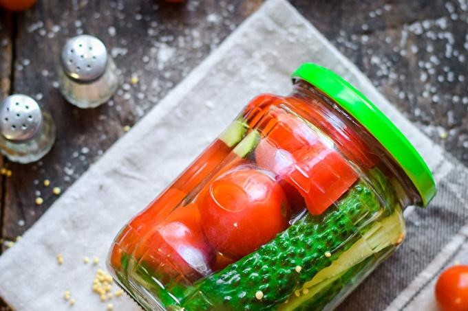 Различни краставици и домати