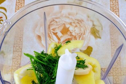 зеленчуци и билки в блендер