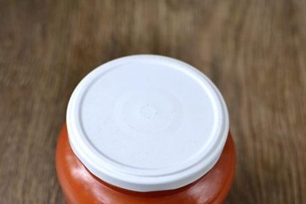 ketchup de prunes et de tomates dans un bocal