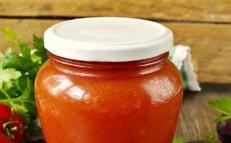 Ketchup de prunes et de tomates pour l'hiver à la maison
