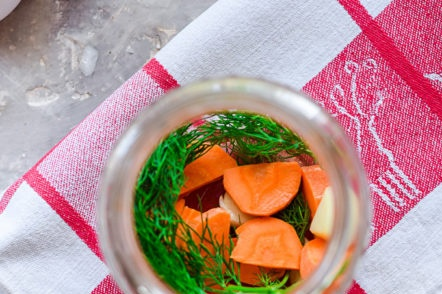 put dill and carrots in a jar