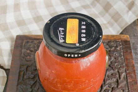 fermer les tomates frottées avec un couvercle