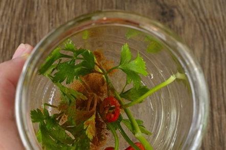 поставете зеленчуци и подправки на дъното на буркана