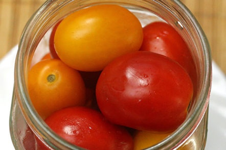 fill the cans with tomatoes