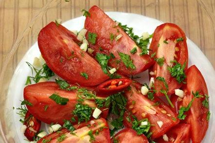 mettre les tomates saupoudrées d'épices