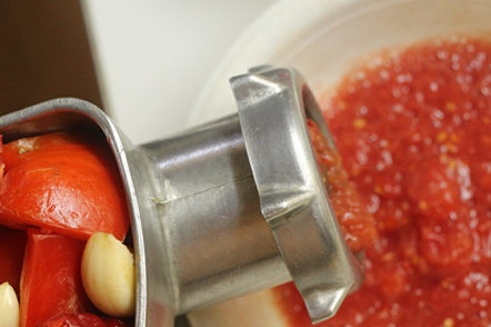 смилайте зеленчуците чрез месомелачка
