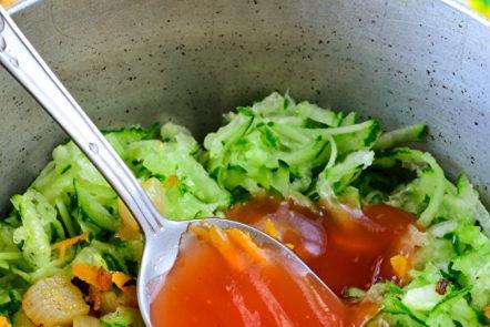 добавете доматено пюре към зеленчуците