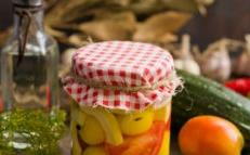 Мариновани тиквички с домати