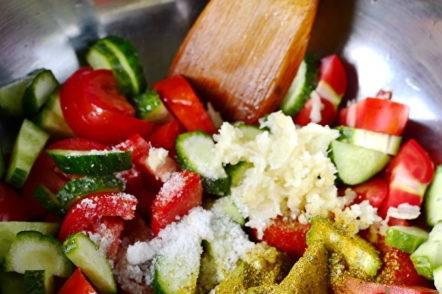 сол се смесва със зеленчуците