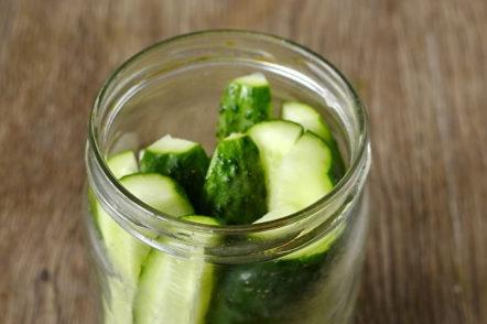 put cucumbers in the jar