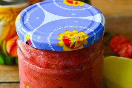 готови домати в аджика