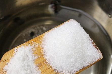 добавете сол и захар