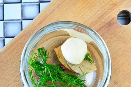 garlic, pepper and dill in a jar
