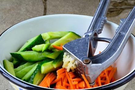 ajouter les carottes et l'ail