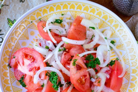 ready salad of tomatoes and onions