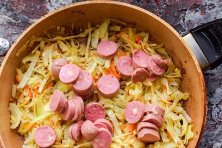 ragoût de légumes avec des saucisses