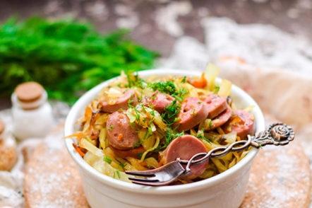 compote de légumes avec des saucisses