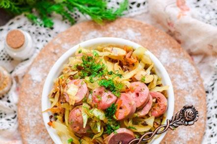 plat de légumes cuits et saucisses