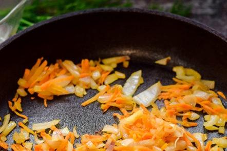 изпържи лук и моркови