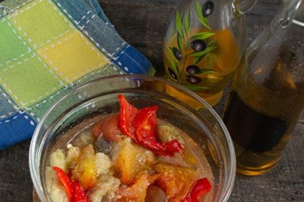 mélanger les légumes dans un saladier