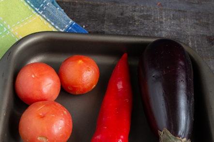 nettoyer les légumes sur une plaque à pâtisserie