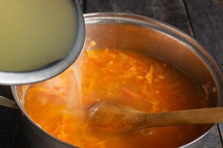 добавете бульон към зеленчуците