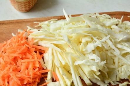 Нарежете зеле и моркови