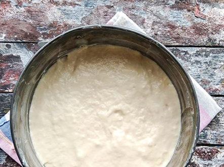 Излейте тестото във форма