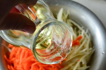 ajouter du vinaigre et de l'huile