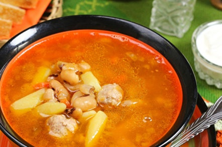 tomato soup with meatballs and beans