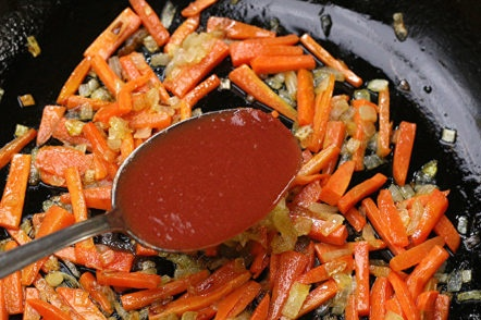 добавете доматено пюре