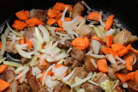 добавете лук и моркови