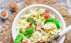 salade avec des bâtons de crabe